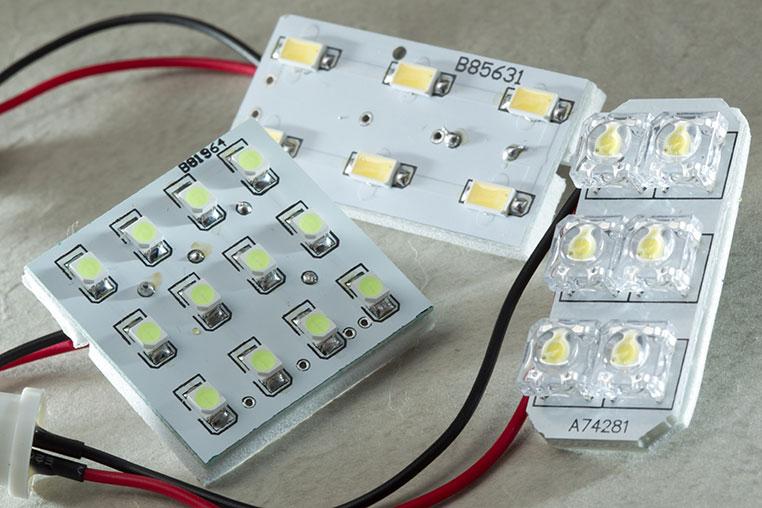 今どきは発光効率や明るさの面からチップLED(SMDチップ)を使うのが王道になっていますよね。