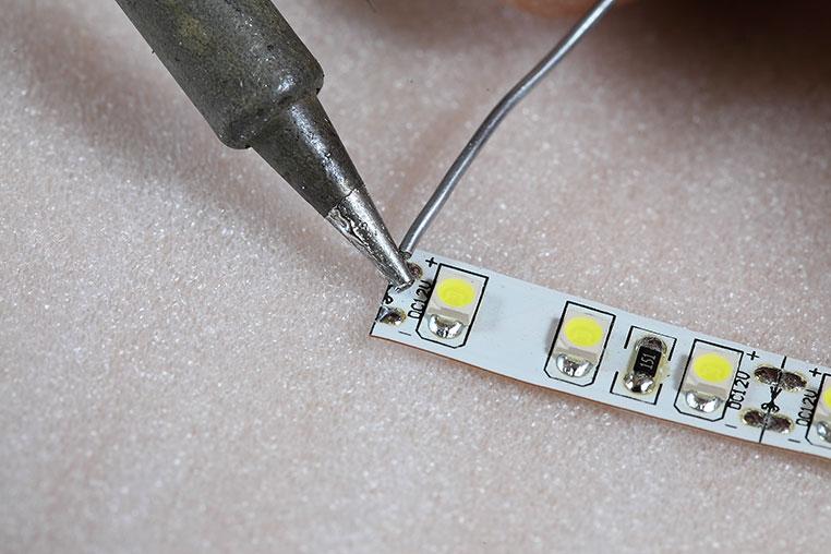 LEDテープ側の電極にハンダ付け