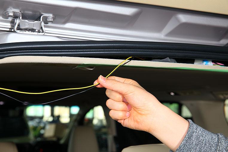 車内の天井にカンタンに配線を通す方法